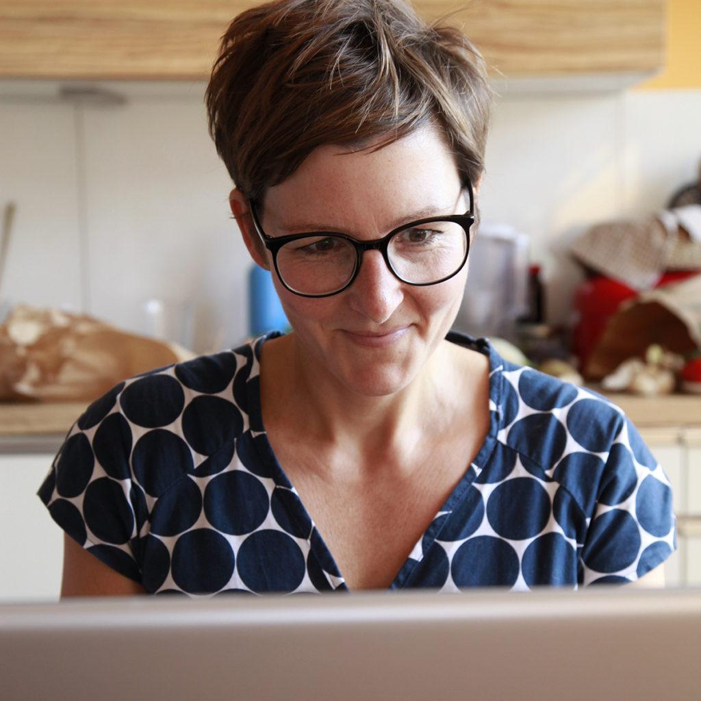 Julia Voigtländer bei der Arbeit - Lektorat, Redaktion, Text